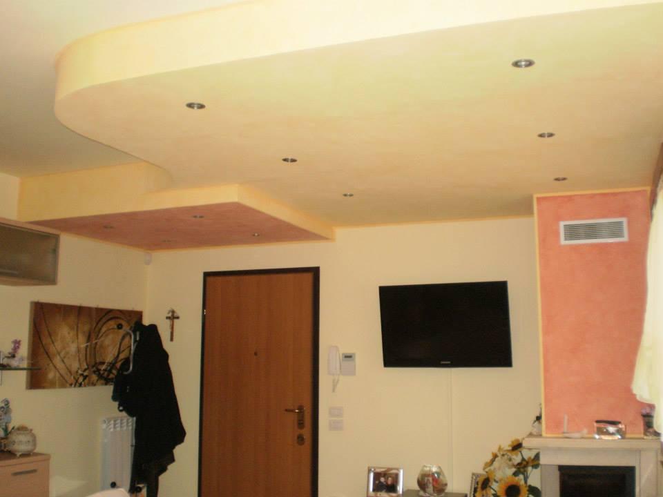 Stanza dipinta di colore vaniglia con parte del tetto e una parete laterale di colore arancio
