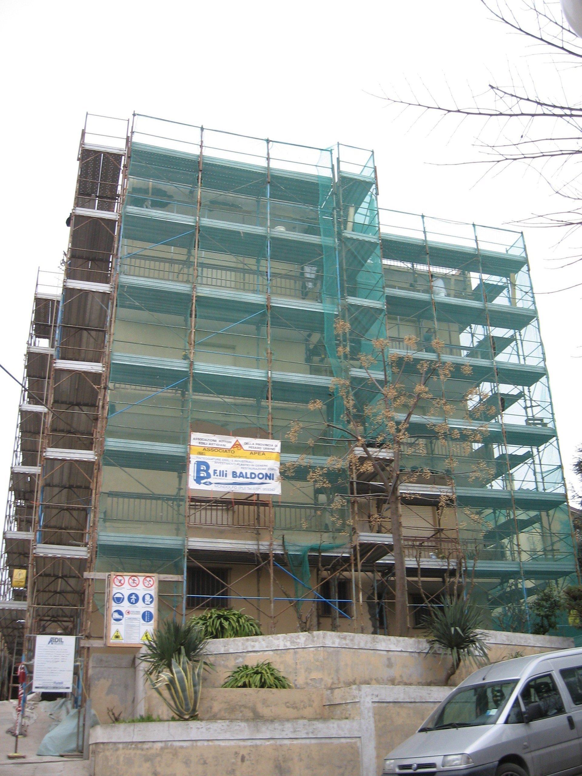 Edificio in costruzione con ponteggi di colore blu