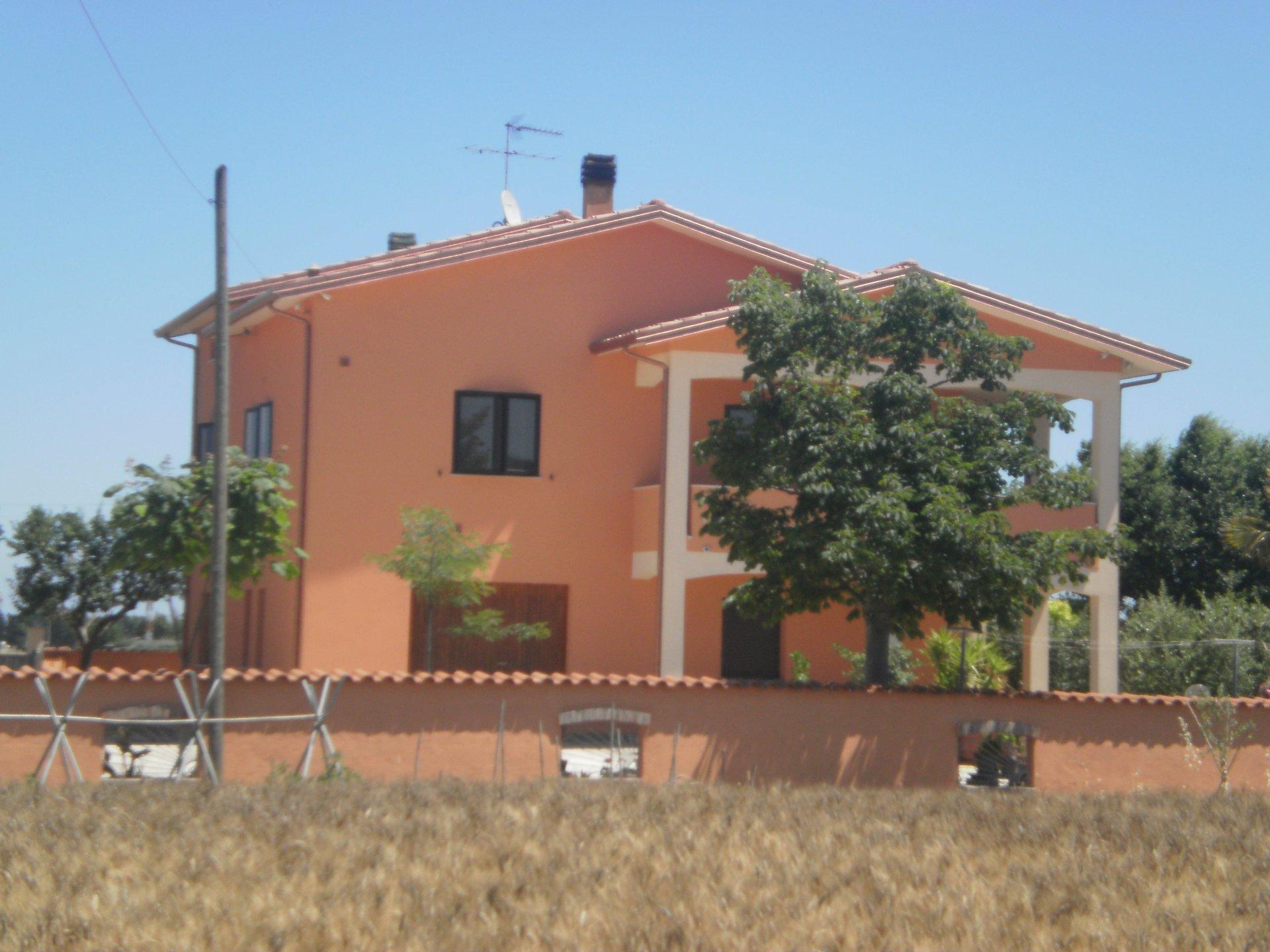 Costruzione residenziale di tre impianti  dipinto di giallo-arancio
