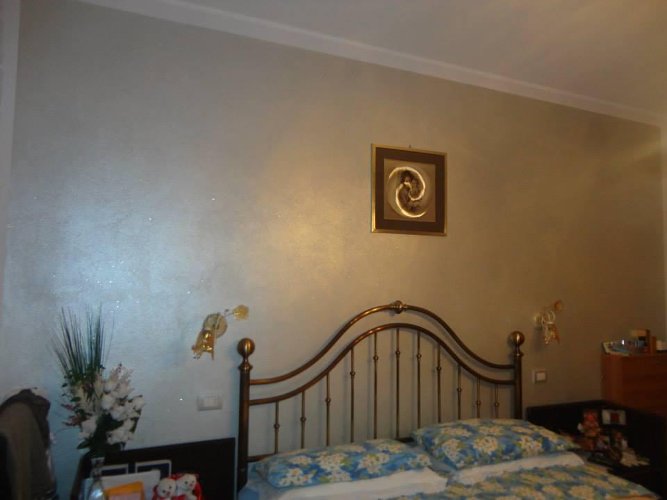 Camera da letto matrimoniale con le pareti dipinte di colore grigio satinato