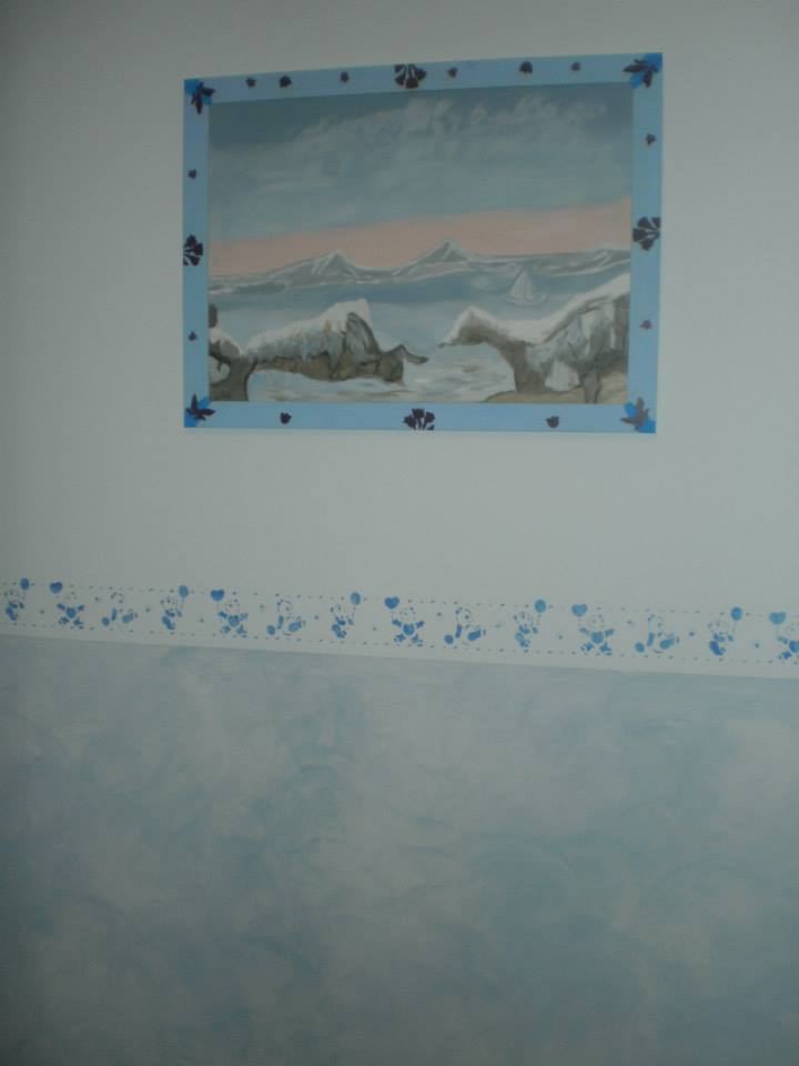 Stanza dipinta de bianco, blu satinato e banda bianca e blu