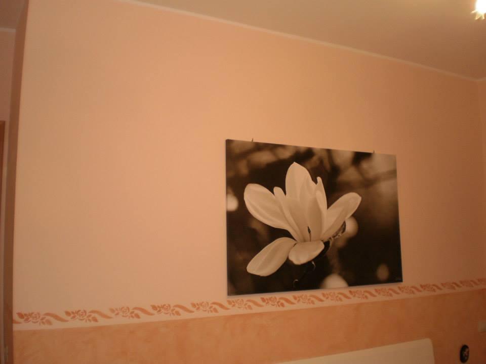 Con le pareti dipinte di color salmon arancio e banda dello stesso colore