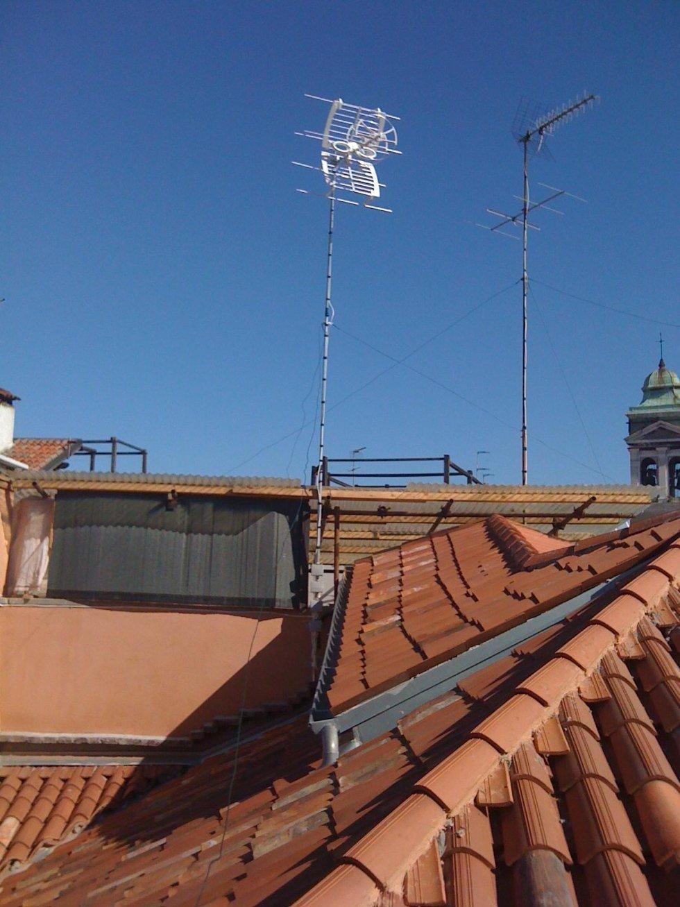 Impianti TV su tetto di edificio civile