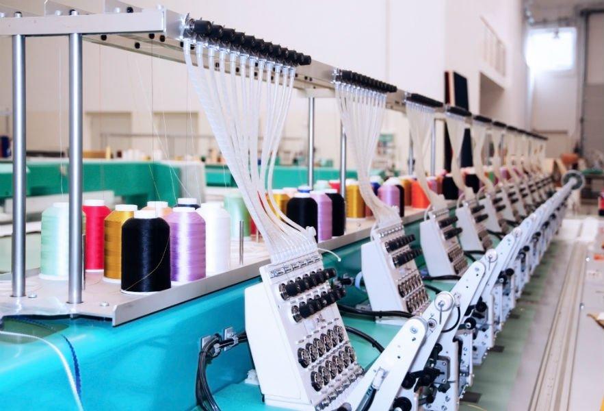 dei macchinari per cucire in una maglieria