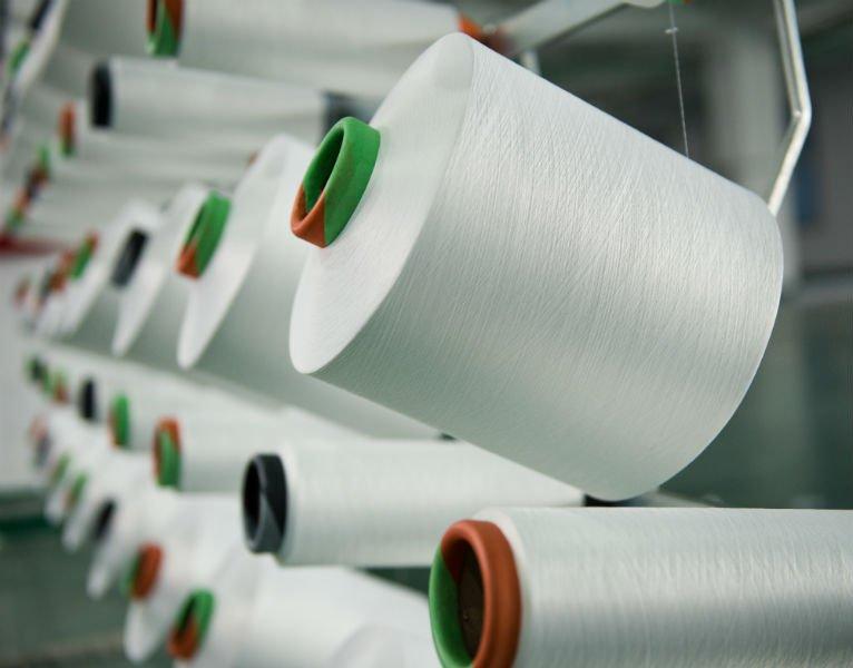 dei rotoli di filo per cucire
