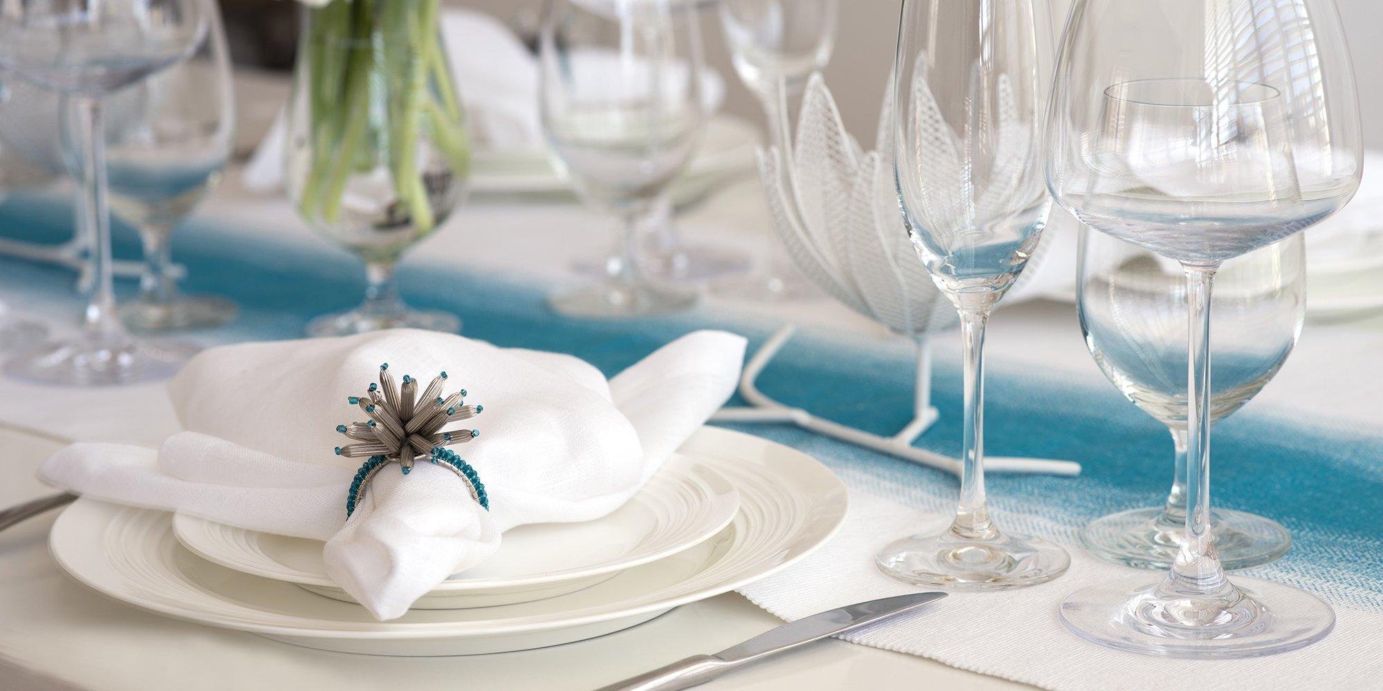 Piatti e bicchieri sul tavolo da pranzo