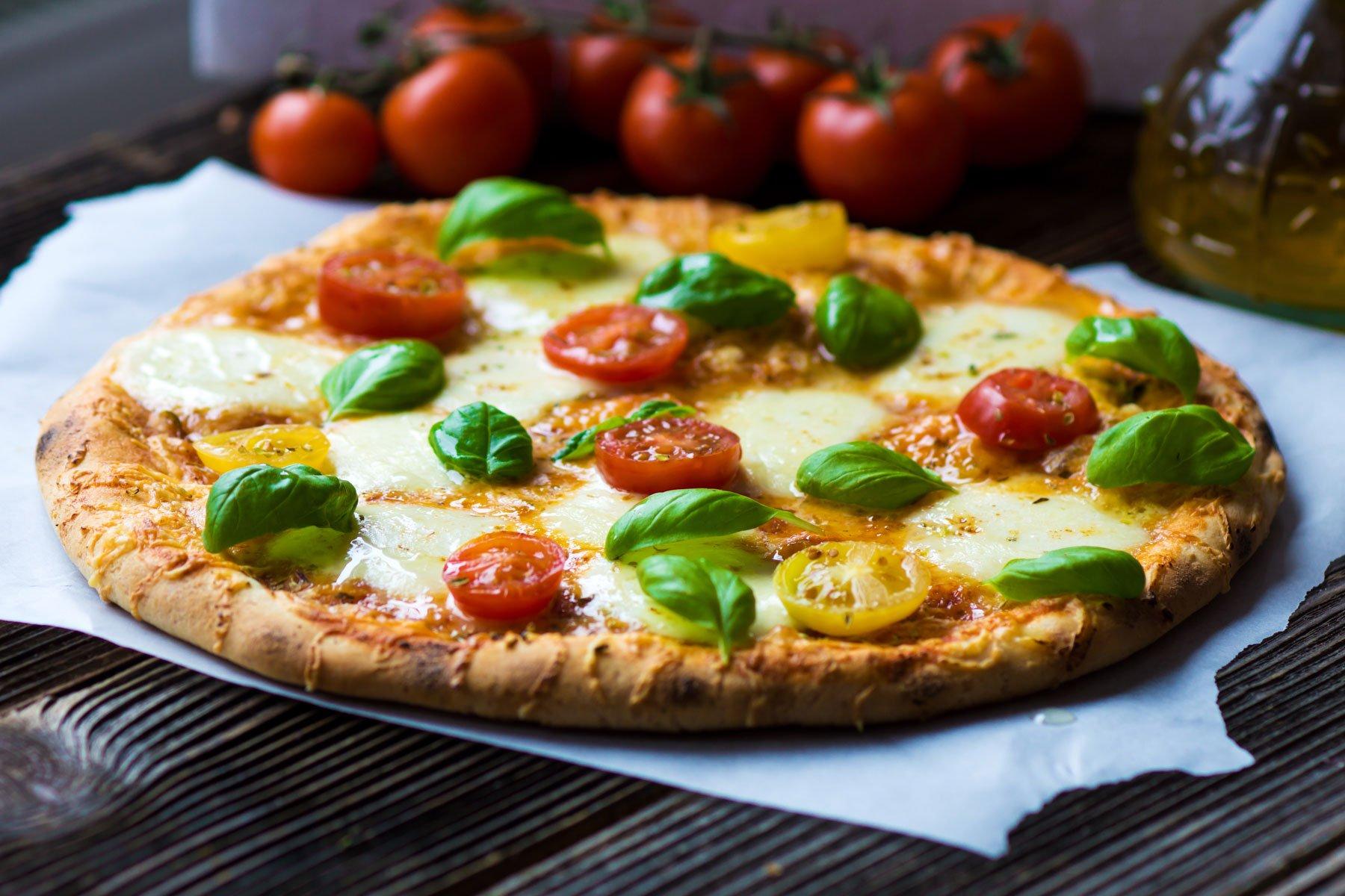 Pizza bufala e pomodorini servita a tavola