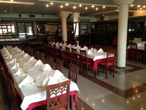 Interno del ristorante con tavoli
