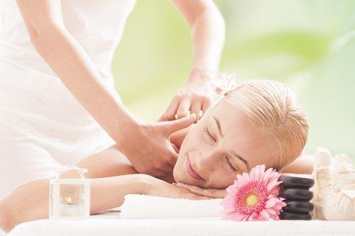donna soddisfatta riceve un massaggio