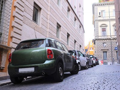 Macchine parcheggiate a Pieve Emanuele, Milano