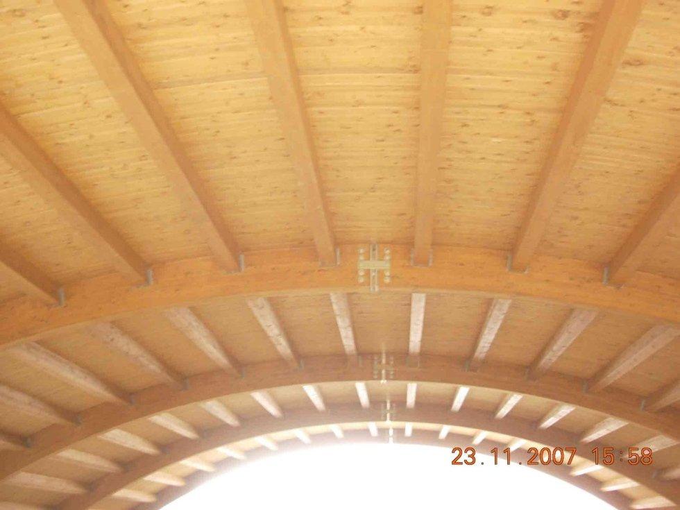 Tetto in legno con travi curve