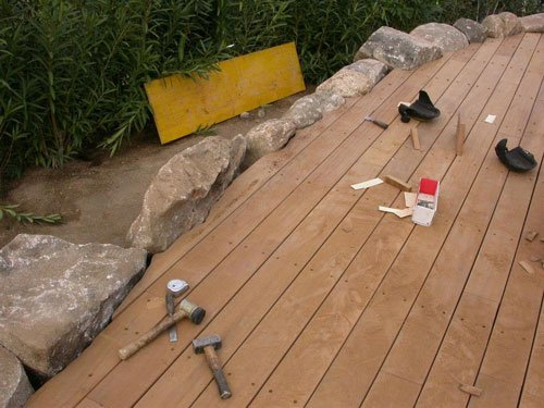 una pavimentazione esterna di assi di legno