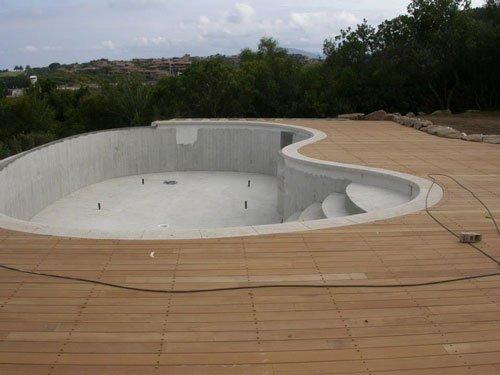 un bordo piscina realizzato in liste di legno