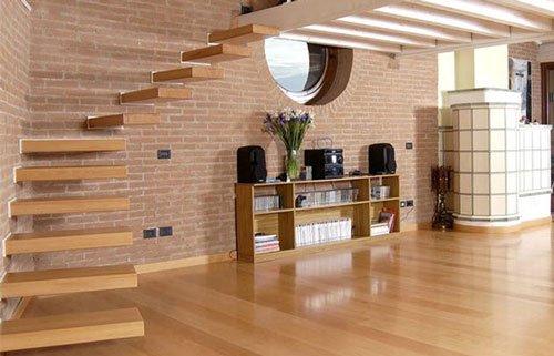 una casa con pavimento in parquet e dei gradini a muro in legno