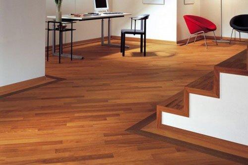 una casa con vista di una scrivania con un pc e un pavimento in parquet