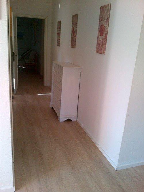 un parquet chiaro in un corridoio