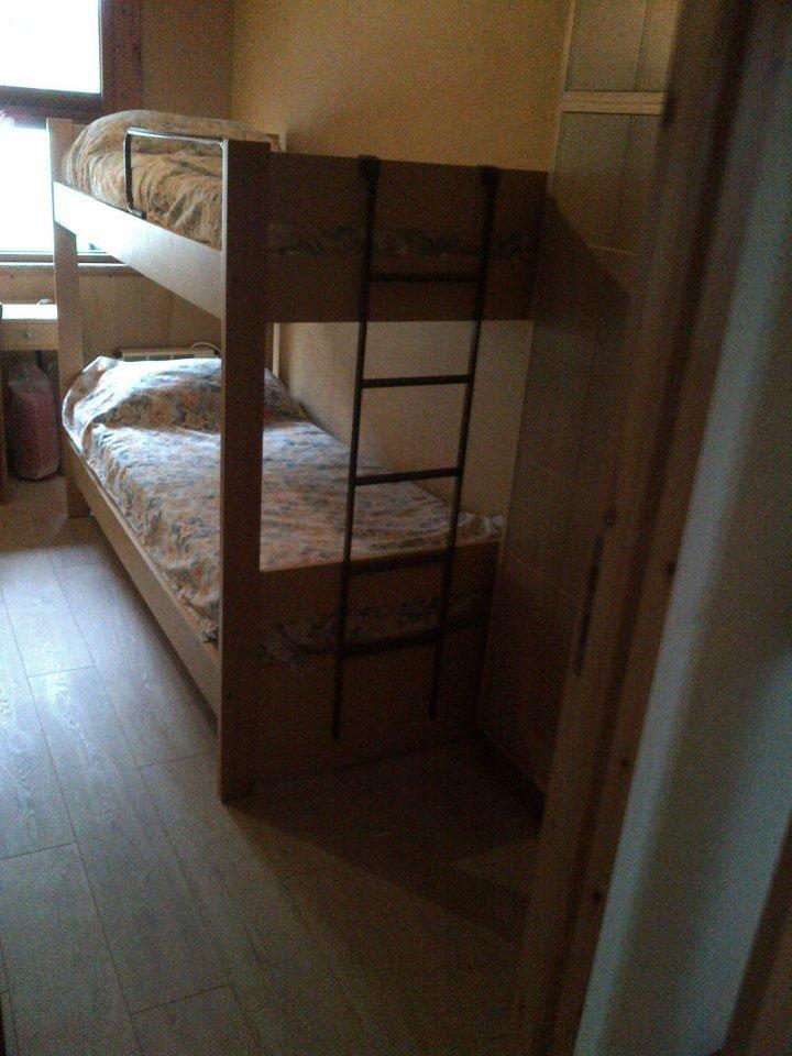 un letto a castello in una stanza