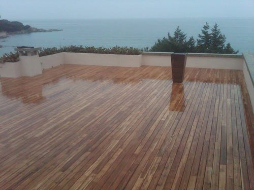 un parquet in liste di legno su un terrazzo