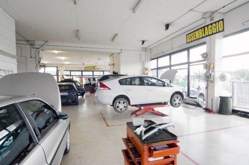 Effettuiamo controlli e revisioni di autovetture.