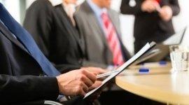 riunione, uomini in giacca e cravatta, cartellina con note legale