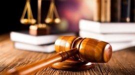 bilancia in ottone da tavolo, martelletto del giudice, scrivania in legno