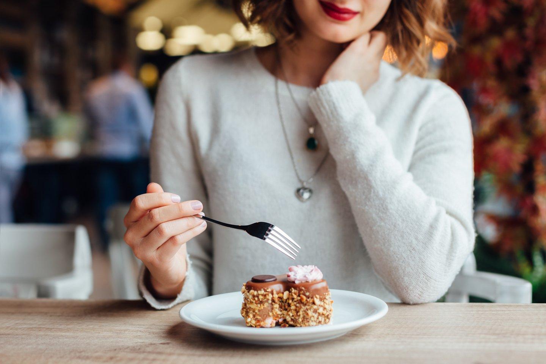 Donna mangia la torta al cioccolato
