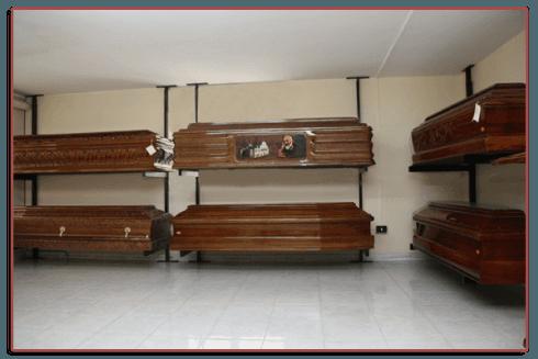 Presso la sede delle Onoranze funebri Aprile vengono esposti articoli funerari.