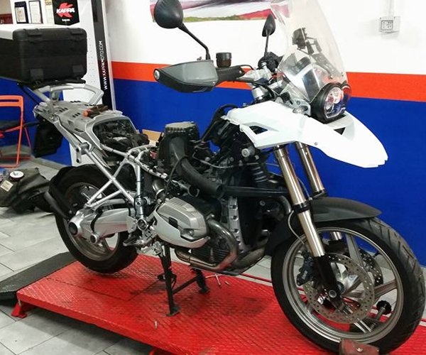 Motocicletta all'officina SVM Motoservice a Roma