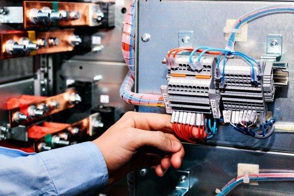 un tecnico tocca un impianto elettrico