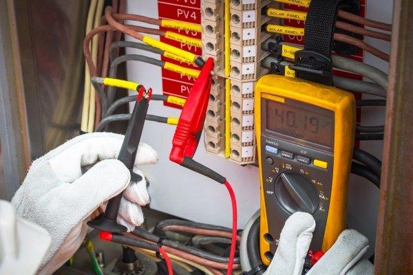 tecnico a lavoro su un impianto elettrico