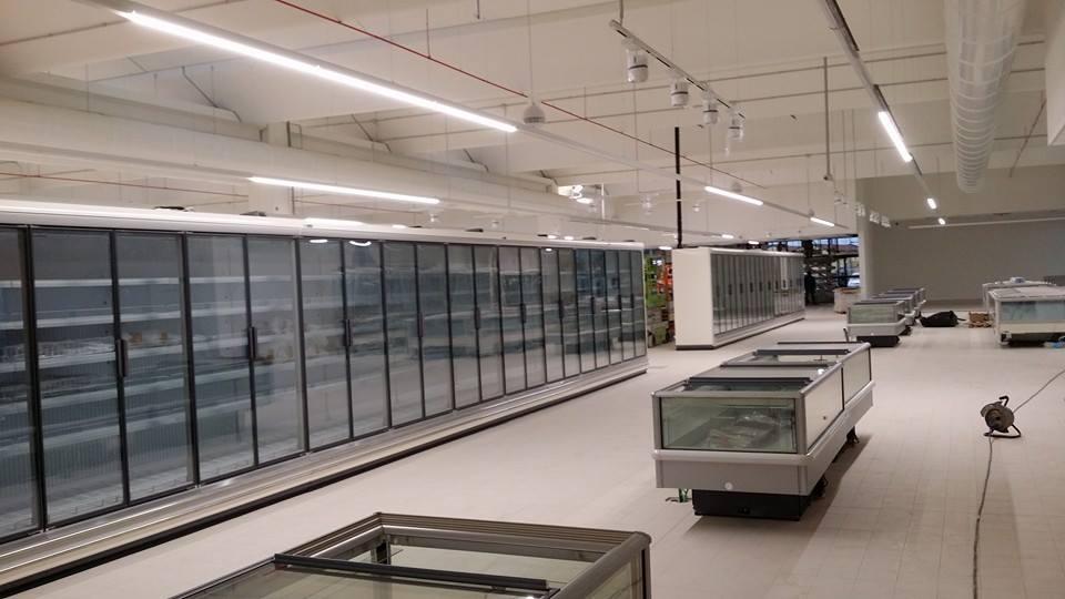 frigoriferi in supermercato con pavimenti lucidi