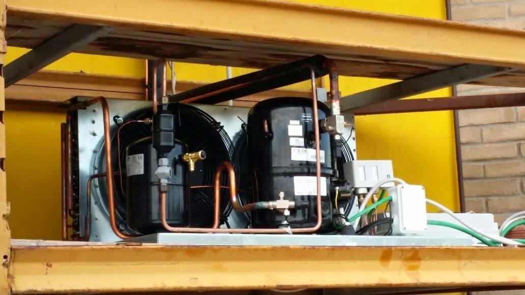 impianti esterni per refrigerazione con sfondo giallo