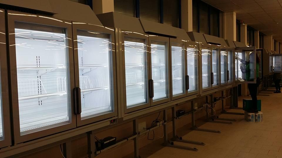 frigoriferi di un supermercato con ante