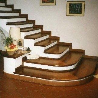 Rivestimento gradini in legno di Iroko