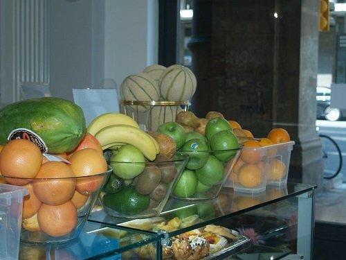 delle bacinelle con della frutta