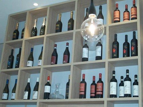 delle bottiglie di vino su delle mensole