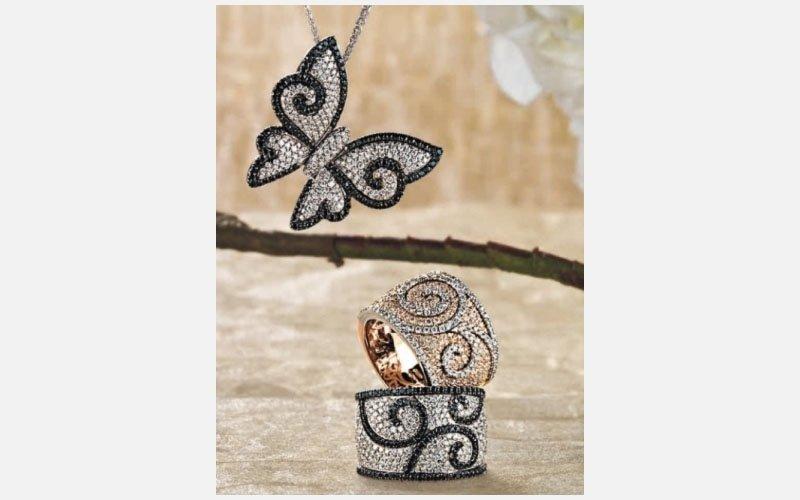 collana con farfalla e anelli