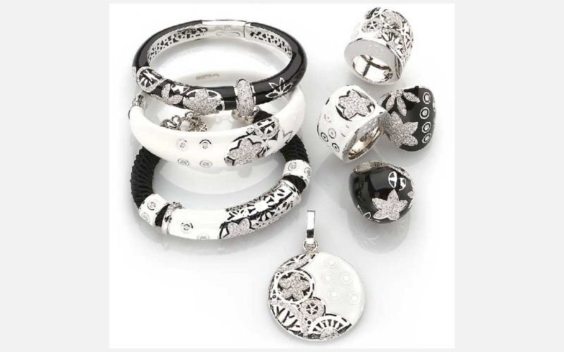 set anelli e bracciali bianchi