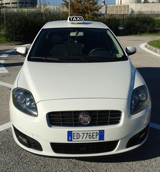 taxi di colore bianco anteriore