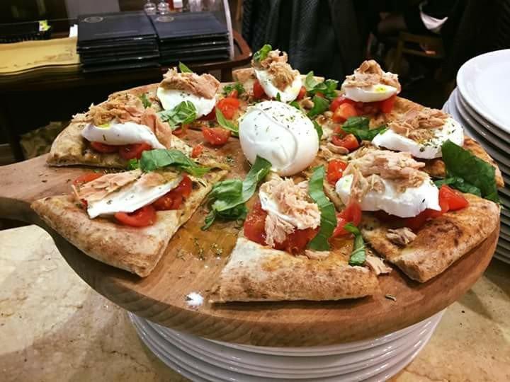 Pizza bianca con lattuga, pomodori freschi, tonno e mozzarella