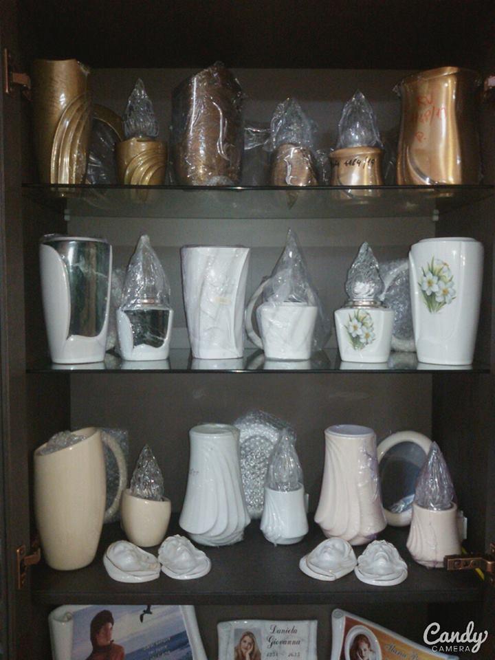 Una vetrina con delle mensole e sopra delle candele e dei vasi