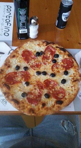 Deliziosa pizza con olive e salame