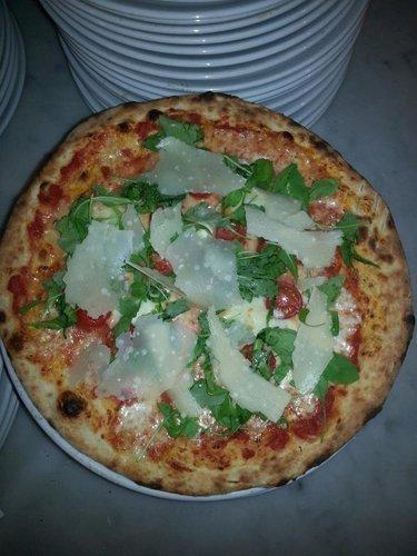 Pizza con grana padano e rucola