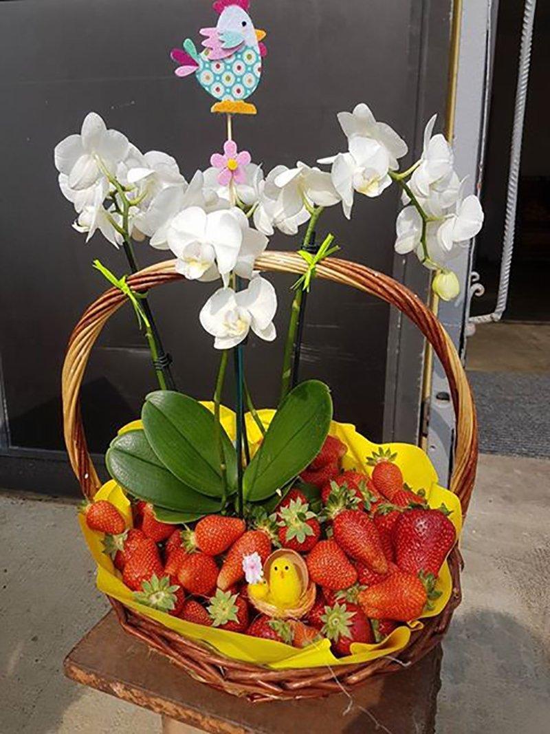 Cesto pieno di fragole e fiori