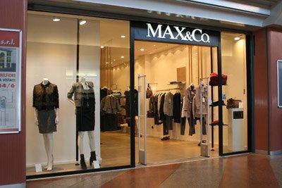 I negozi di abbigliamento del centro commerciale sono di qualità.