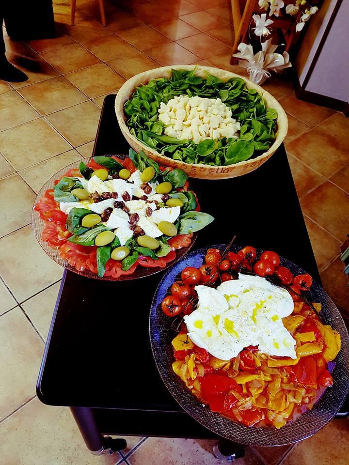 Piatti con pomodori mozzarella ed olive a Ferrera Erbognone
