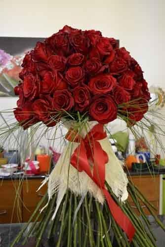 grande mazzo di rose rosse