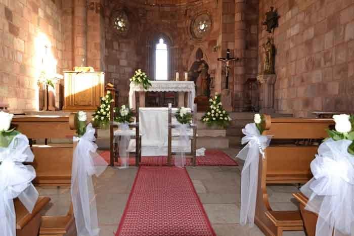 chiesa addobbata con fiocchi bianchi