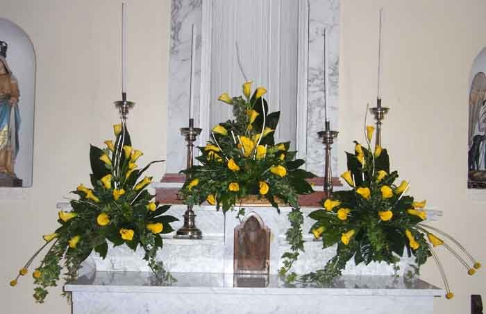 addobbi floreali davanti al presbiterio di una chiesa
