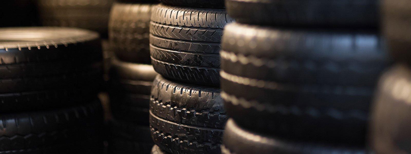 insieme di pneumatici uno sopra l'altro